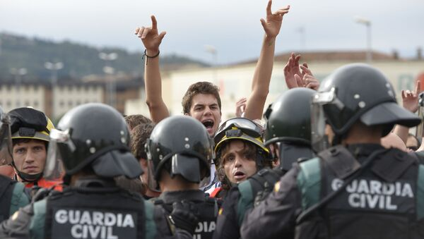 Španělští požárníci a příslušníci gardy zadržují lidi u volebních okrsků v den referenda o nezávislosti v Katalánsku - Sputnik Česká republika