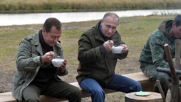 Putin a Medveděv jedí rybní polévku - Sputnik Česká republika