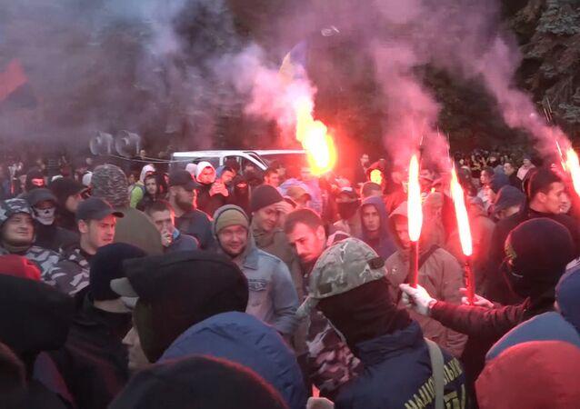 Ukrajinští nacionalisté odpalují světlice u budovy Nejvyšší rady