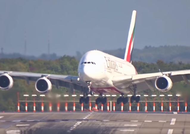 """Letecké driftování: největší letadlo na světě vítr při přistání """"sfoukl"""""""