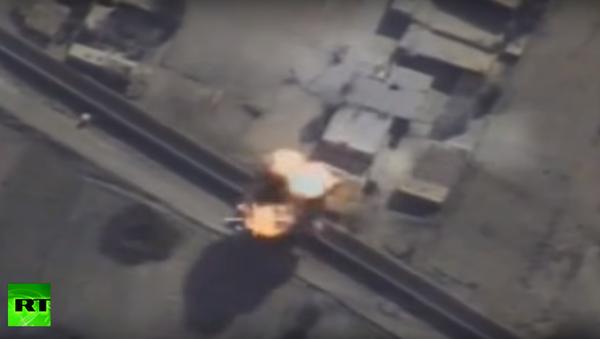 Na webu se objevil videozáznam útoků VKS na pohlavary teroristů v Sýrii - Sputnik Česká republika