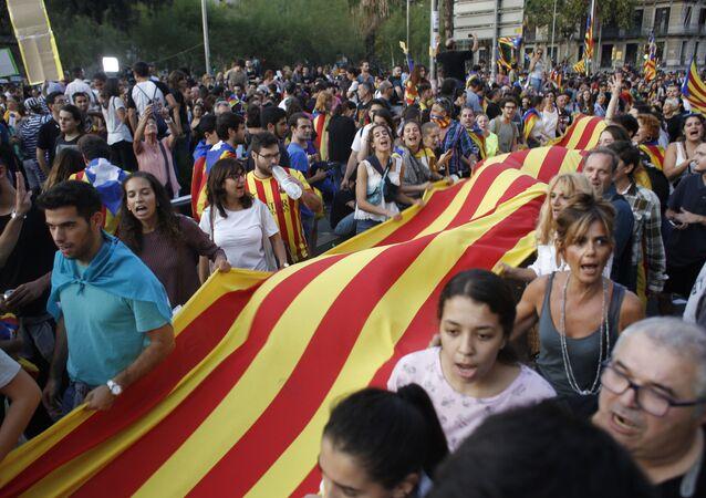 Účastníci stávky na podporu referenda o nezávislosti Katalánska v Barceloně