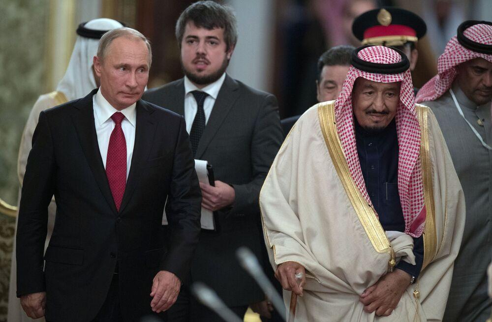 Ruský prezident Vladimir Putin a král Saudské Arábie Salmán bin Abd al-Azíz během společného setkání v Moskvě