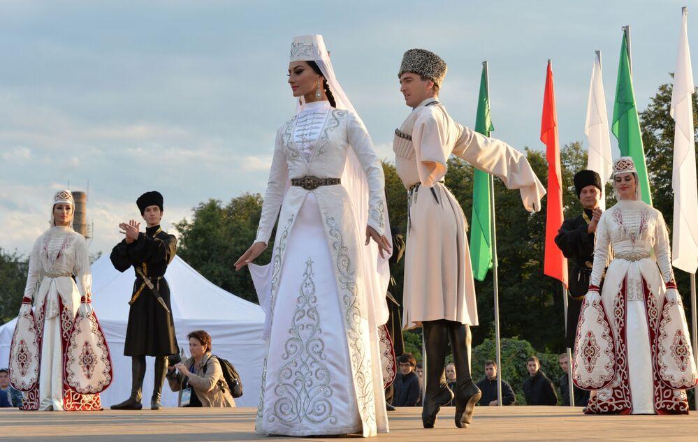 Vystoupení tanečního sboru Alan ve Vladikavkazu