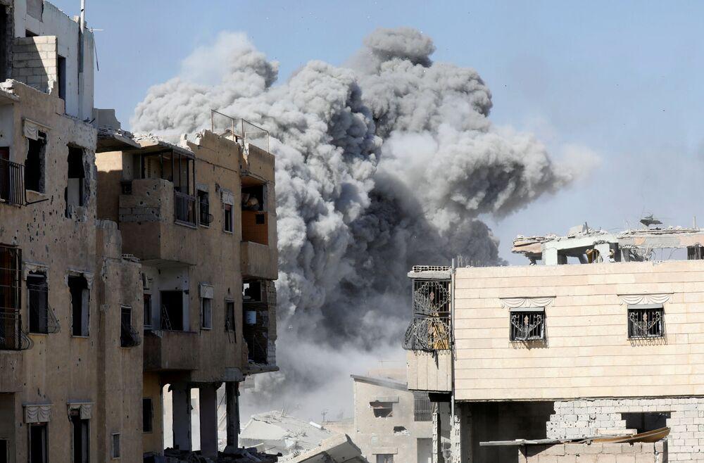 Kouř po leteckém úderu koaličních sil proti teroristům Islámského státu v Rakce, Sýrie