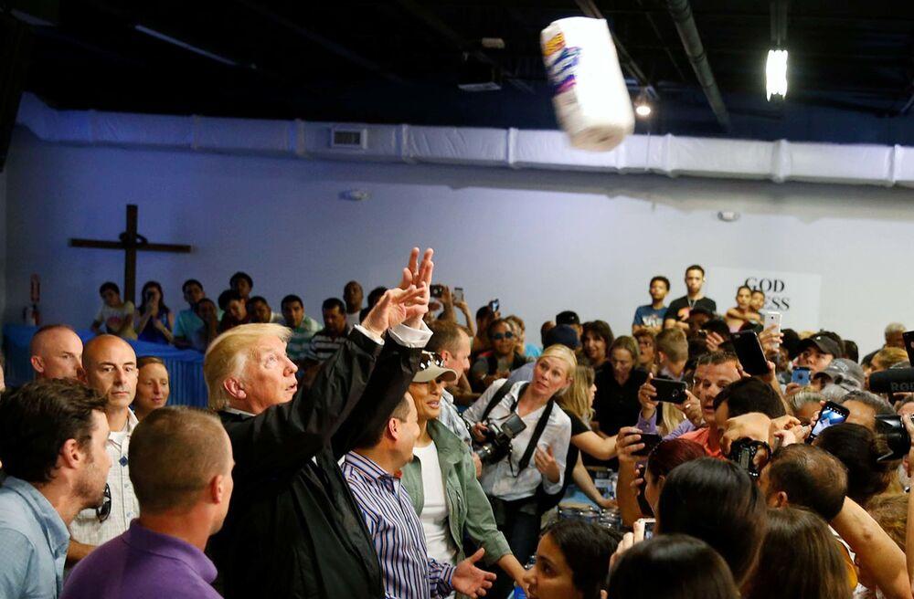Americký prezident Donald Trump hází do davu papírové utěrky v San Juanu, Portoriko