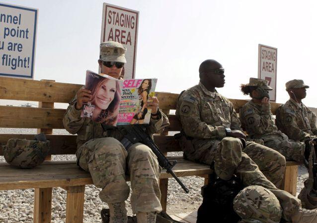 Američtí vojáci čekají na vrtulník v Afghánistánu