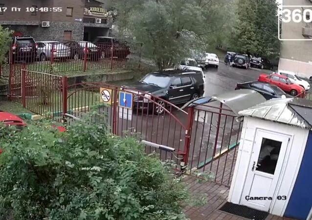 Veselý dědeček: Postarší ruský řidič zničil okolí za 20 sekund. Video