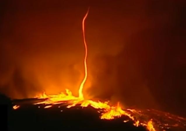 """""""Ohnivý ďábel"""": v Portugalsku natočili ohnivé tornádo"""