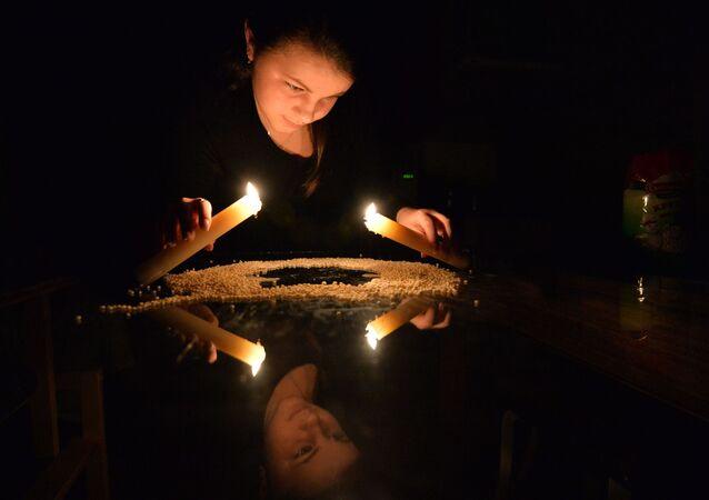 Dívka provádí rituál