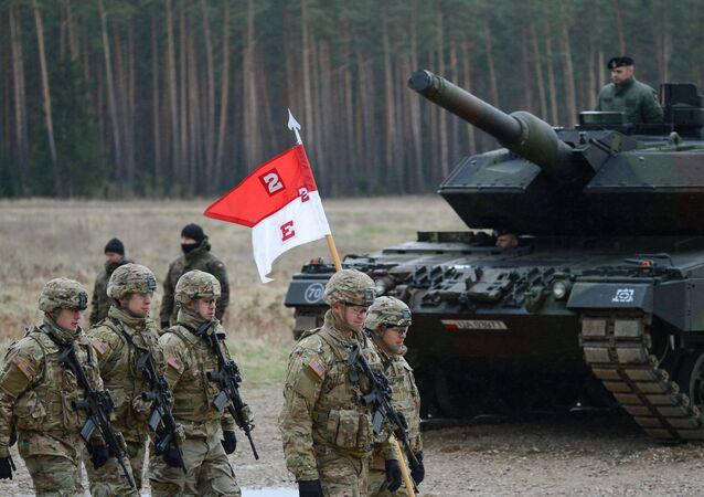 Polští vojáci vítají prapor NATO