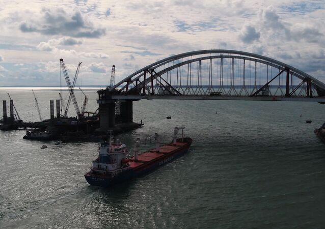 První loď proplula pod oběma oblouky mostu na Krym