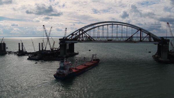 První loď proplula pod oběma oblouky mostu na Krym - Sputnik Česká republika