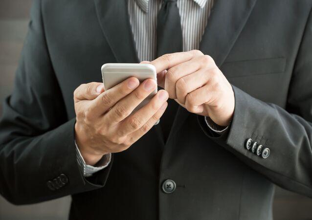 Muž s chytrým telefonem