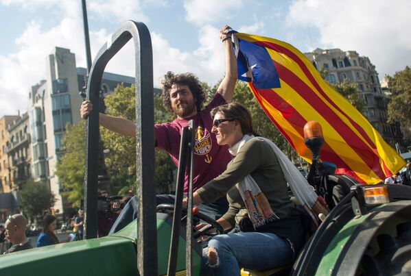 Obyvatelé Barcelony očekávají na zveřejnění parlamentem výsledků referenda o nezávislosti Katalánska - Sputnik Česká republika