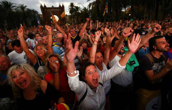 Lidé se dívají na přenos zasedání Katalánského regionálního parlamentu během mítinku za nezávislost v Barceloně - Sputnik Česká republika