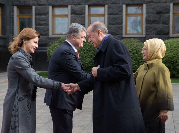 Turecký prezident Recep Tayyip Erdogan s chotí Emine a ukrajinský prezident Petro Porošenko s chotí Marinou na ceremonii oficiální schůzky v Kyjevě - Sputnik Česká republika