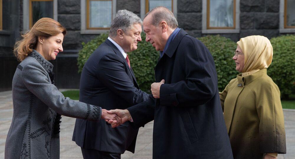 Turecký prezident Recep Tayyip Erdogan s chotí Emine a ukrajinský prezident Petro Porošenko s chotí Marinou na ceremonii oficiální schůzky v Kyjevě