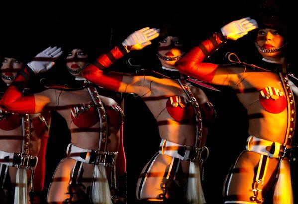 Tanečnice kabaretu Crazy Horse Paris během předvystoupení v Singapuru - Sputnik Česká republika