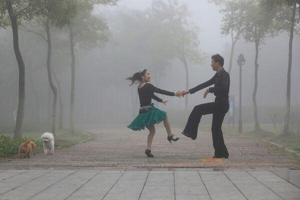 Pár tančí v čínském parku Huajang - Sputnik Česká republika