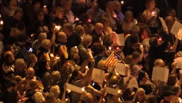 Mnohatisícové setkání se svíčkami v Barceloně. Video - Sputnik Česká republika