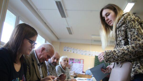 Lidé hlasují na parlamentních volbách v Česku - Sputnik Česká republika