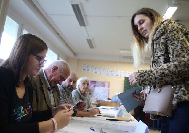 Lidé hlasují na parlamentních volbách v Česku