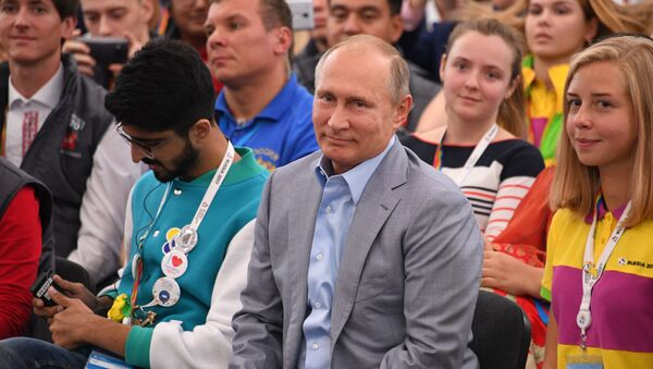 Ruský prezident Vladimir Putin na setkání s účastníky Světového festivalu mládeže a studentstva - Sputnik Česká republika