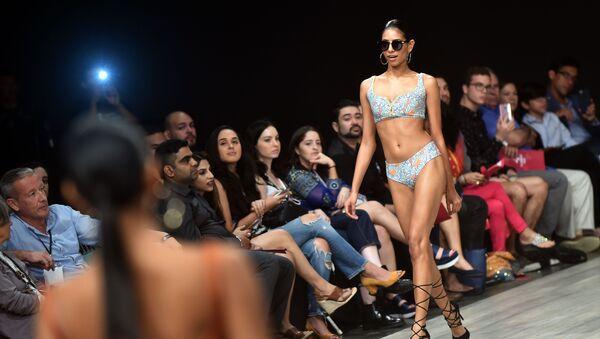 Modelka předvádí kolekci designéra Flamants na Týdnu módy v Panamě - Sputnik Česká republika