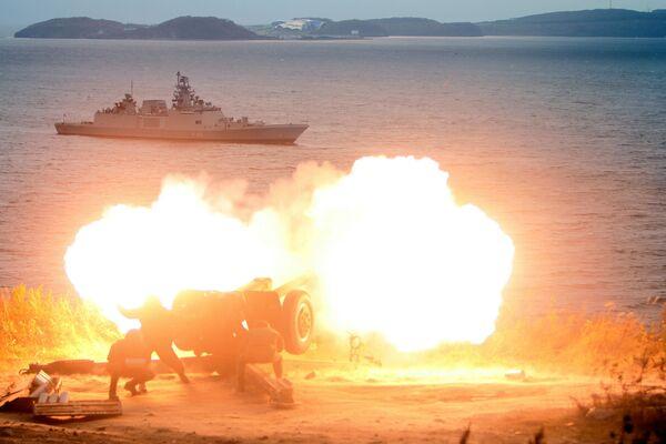 Dělostřelecká salva na počest připlutí indické fregaty Saptura do Vladivostoku kvůli účasti na mezinárodním rusko-indickém vojenském cvičení Indra 2017 - Sputnik Česká republika