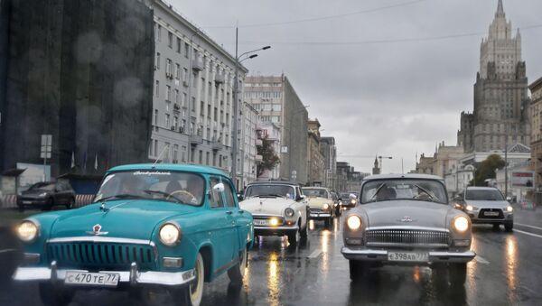 Auta GAZ-21 Volha na projížďce po moskevských ulicích v rámci ukončení letní retro sezóny - Sputnik Česká republika