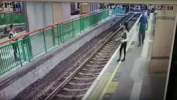 V Hongkongu muž shodil uklízečku na železniční koleje a odešel. Video - Sputnik Česká republika