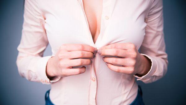 Девушка расстегивает блузку - Sputnik Česká republika