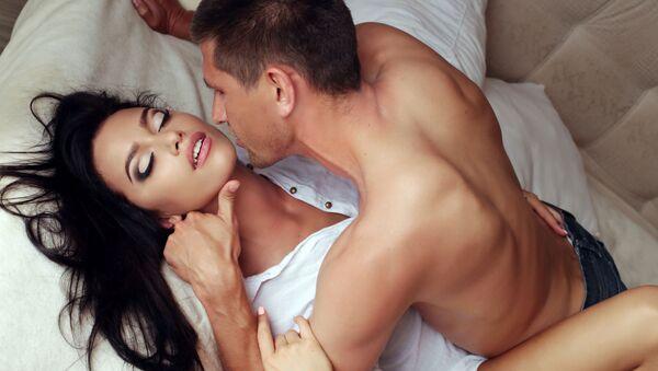 Mladý pár v posteli - Sputnik Česká republika