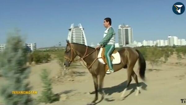 Turkmenský prezident se projel na koni liduprázdným Ašchabadem - Sputnik Česká republika