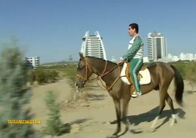 Turkmenský prezident se projel na koni liduprázdným Ašchabadem