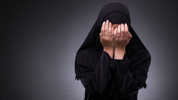 Muslimka zakrývá obličej rukama - Sputnik Česká republika
