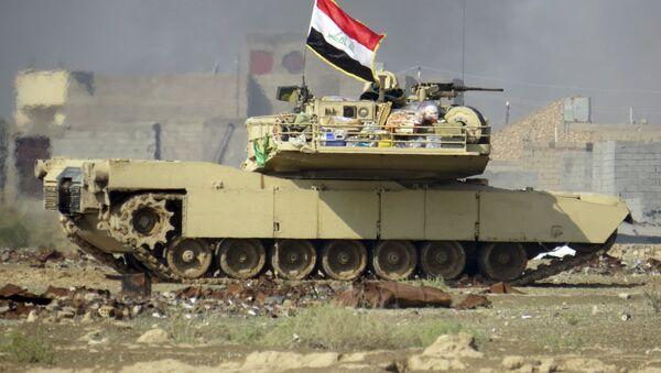 Irácká vlajka na tanku Abrams - Sputnik Česká republika