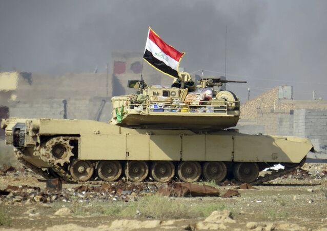 Irácká vlajka na tanku Abrams