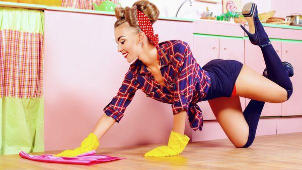 Pěkná žena myje podlahu - Sputnik Česká republika