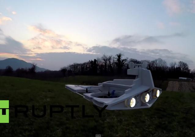 Hvězdný destruktor vlastní výroby ze Star Wars létá a stříly laserem