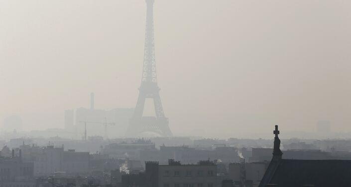 La Tour Eiffel dans un épais smog le 12 février 2015