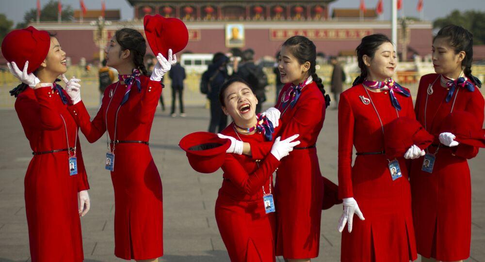Hostesky během zahájení 19. sjezdu Komunistické strany Číny v Pekingu