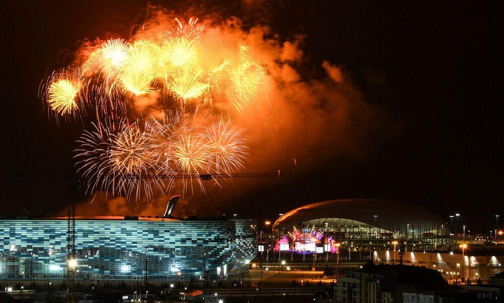 Slavnostní ohňostroj při ukončení 19. světového festivalu mládeže a studenstva v Soči