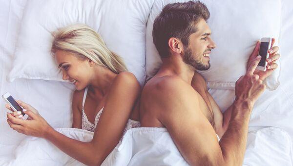 Zamilovaný pár v posteli - Sputnik Česká republika