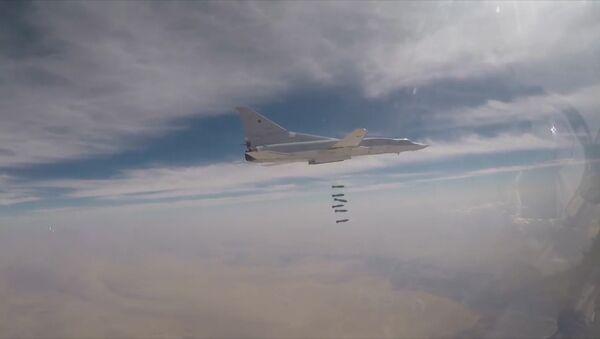 Ministerstvo obrany RF zveřejnilo video útoku Tu-22M3 na teroristy v Sýrii - Sputnik Česká republika