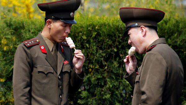 Severokorejští vojáci jedí zmrzlinu v Pchjongjangu, KLDR - Sputnik Česká republika