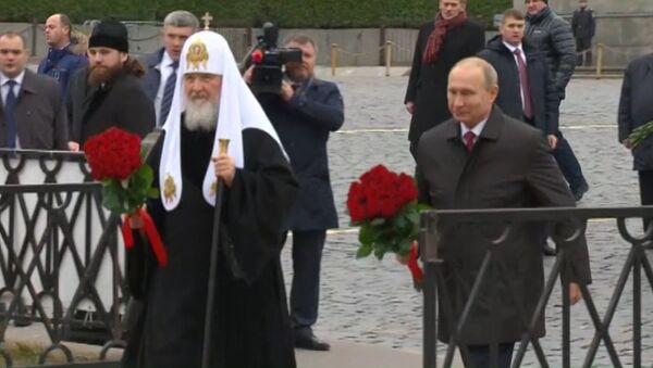 Putin položil květiny k památníku Mininovi a Požarskému. Video - Sputnik Česká republika