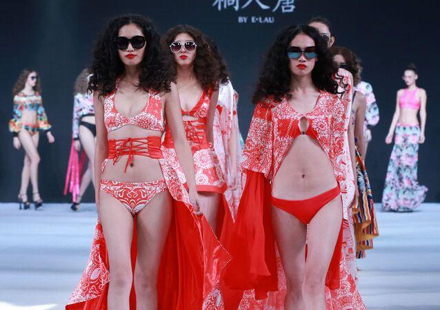 Modelka na defilé kolekce E.Lau v rámci China Fashion Week v Pekingu