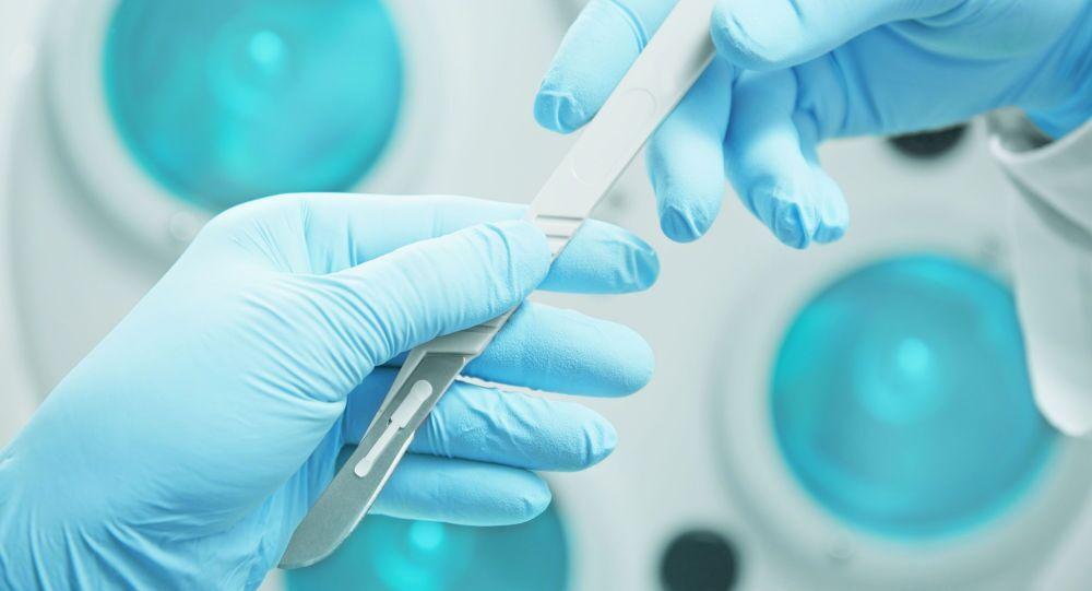 Zdravotnický pracovník podává chirurgovi skalpel